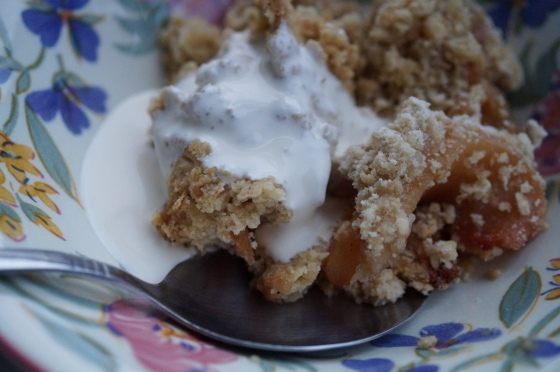Crumble with cream